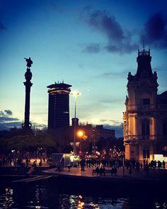 """Ya sabéis que #Barcelona es mi ciudad favorita. Uno de los símbolos de la ciudad es el monumento de Cristobal Colón presidiendo el puerto de Barcelona y dando paso a """"Las Ramblas"""" Creo que además de comida voy a empezar a compartir algunos de los lugares que visite Qué os parece? Y creo que sobran las palabras viendo esta imagen."""