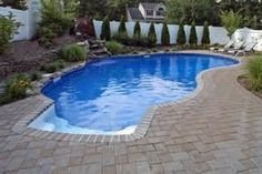 Get inspired with this amazing photo of minimalist kidney shape pool for small yard. You can't be wrong with it. Swimming Pool House, My Pool, Pools For Small Yards, Kidney Shaped Pool, Gunite Pool, Beautiful Pools, Pool Designs, Home Improvement Projects, Creative Design
