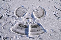 Engel maken in de sneeuw op het ijs met je lichaam. Schoonhoven Drenthe! Normaal zwemmen we hier!