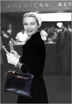 Grace Kelly made famous the Birkin Kelly bag. Grace Kelly Mode, Grace Kelly Style, Princess Grace Kelly, Grace Kelly Fashion, Vintage Glamour, Vintage Beauty, Paris Vintage, Vintage Bags, Classic Hollywood