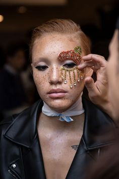 Spotted: Euphoria-inspired beauty looks straight off the New York Fashion Week runways, proving that rhinestones and graphic liner will be huge this fall. Basic Makeup, Simple Makeup, Pink Eyeshadow, Simple Eyeshadow, Eyeshadow Makeup, Fall Eyeshadow, Makeup Brush, Eye Outline, Colored Mascara