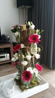 Bloemstuk met boomschors en kleine flesjes Deco Floral, Arte Floral, Floral Design, Corporate Flowers, Deco Nature, Modern Flower Arrangements, Decoration Plante, Flower Shower, Deco Table
