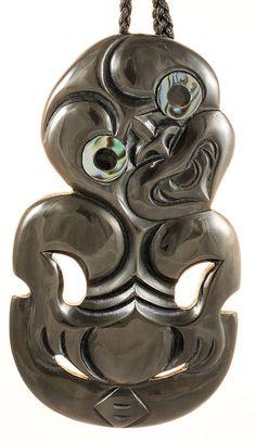 Bone Carving, Carving Wood, Wood Carvings, Tiki Totem, Maori Designs, Maori Art, Good Bones, Bone Jewelry, Craft Items