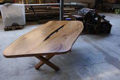Iepenhout ovalen tafel  Op bijzondere wijze zijn de 2 bladen met elkaar verbonden! Youngwoods