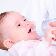 Todos sabemos que es muy bueno que los niños beban agua, pero algunos no la piden porque todavía no hablan y no saben cómo hacerlo, sobre todo, los bebés. ¿Qué cantidad de agua necesitan los niños?