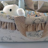 Doll + Toy Carrycot Tutorial - perhaps take off the ruffle, add contrasting band, make handles go completely down the sides Sewing Tutorials, Sewing Crafts, Sewing Projects, Bag Tutorials, Sewing Doll Clothes, Sewing Dolls, Sewing For Kids, Baby Sewing, Doll Patterns
