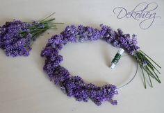 Ghirlanda di lavanda - tutorial Maybe for the bridesmaids'? Lavender Decor, Lavender Crafts, Lavender Wreath, Lavender Cottage, Lavender Blue, Lavender Fields, Lavender Flowers, Arte Floral, Deco Floral
