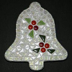 Compleet pakket om zelf na te maken http://www.mozaiektegeltjes-enzo.nl/c-2326146/kerst-klokje-wit/