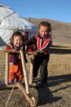 """Une trottinette en bois OU """" Il suffit pour ça d'un peu d'imagination..."""" ( Charles Trenet ) / Le jeu est le métier de l'enfant. / Mongolie. Plus"""