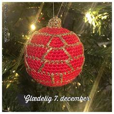 Dagens julekugle jul julekugle hkletjul hklet hkleopskrift Drops Design, Camilla, Christmas Bulbs, Holiday Decor, Baby, Home Decor, Christmas Light Bulbs, Homemade Home Decor, Newborns