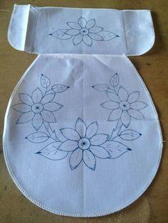 Aprende cómo coser las fundas de un juego de baño Floral Embroidery Patterns, Hand Embroidery Designs, Ribbon Embroidery, Sewing Patterns, Knitting Patterns, Sewing Crafts, Sewing Projects, Animal Rug, Embroidery Patches