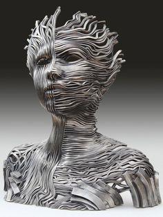 Un flot de rubans m�talliques s�entrem�lent pour former des formes humaines extraordinaires