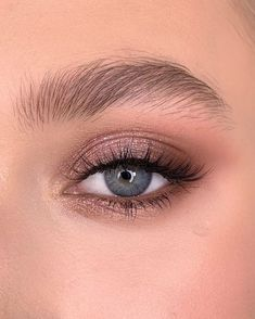 Make up made with Rose Gold Remastered On upper eyelid pink diamond Corner with demure/henna/coco ___ Макияж выполнен… Huda Beauty Rose Gold, Beauty Make-up, Beauty Tips, Rose Gold Makeup, Beauty Unique, Eyebrow Beauty, Rose Gold Eyeshadow, Fashion Beauty, Pink Eye Makeup