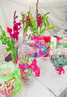 Pirulitos, balas, chicletes... Um mundo colorido que pode deixar a decoração de sua mesa de doces muito mais alegre! Seus convidados de 8 a 80 anos vão adorar a ideia, não acha?  www.noivinhostopodebolo.com