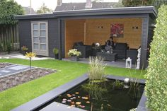 Een tuinhuisje zoals we deze vaker gaan zien. Hiermee creëer je zowel een opberg ruimte als een overdekt zitgedeelte.