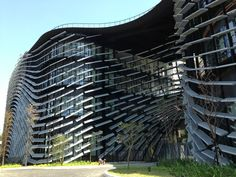 8月9日発売の本誌VOL.24「新しい都市」特集にて、スイス・チューリヒを訪ね、建築とデジタルの最前線をレポートした豊田啓介。建築からインテリアなど幅広いデザインを手がけるnoizをけん引する彼は、コンピューテーショナル・アーキテクチャの第