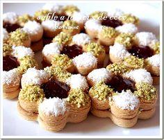 abonnez vous a ma newsletter si vous ne voulez rater aucune de mes realisations merci Bonjour tout le monde,les G ateaux Algeriens ou G ateau Sec d'aujourd'hui,sont les sables a la noix de coco que j'aime beaucoup.voici la recette. pour 25 pièces de gâteaux... Mini Wedding Cakes, Mini Cakes, Eid Sweets, French Macaroon Recipes, Tunisian Food, Algerian Recipes, Traditional Cakes, Food Humor, Cupcake Cookies