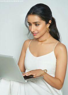 Most Beautiful Bollywood Actress, Indian Bollywood Actress, Beautiful Indian Actress, Indian Actresses, Healthy Starbucks Drinks, Shraddha Kapoor Cute, Sraddha Kapoor, Bolly Wood, Celebrities