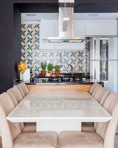 Esta cozinha aberta e integrada empresta seu colorido dos ladrilhos para deixar os momentos das refeições mais leves e agradáveis.  #ladrilho #ladrilhohidraulico #verdeamarelo #cozinha #cozinhaaberta #cozinhaintegrada #cozinhagourmet