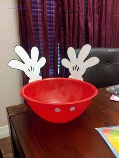 16 DIY Ideas to Host a Mickey Mouse or Minnie Mouse Party - Minnie Mouse Party, Fiesta Mickey Mouse, Mickey Mouse Baby Shower, Mickey Mouse 1st Birthday, Mickey Y Minnie, 2nd Birthday, Birthday Ideas, Mickey Mouse Food, Birthday Table