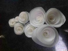 Con questo passo-passo la maestra Lucia Simeone ci insegna come si crea una elegante rosa in wafer paper: è più facile di quanto sembri a vederla finita! Guarda anche le 10 regole per usare la wafer paper in maniera perfetta! … e la gallery di fiori in wafer paper delle cakemaniache! Potrebbe interessarti: La cupcake …
