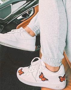 All Nike Shoes, Nike Shoes Air Force, White Nike Shoes, Hype Shoes, Jordan Shoes Girls, Girls Shoes, Cute Sneakers, Sneakers Nike, Vetement Fashion