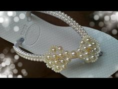 Lacinho De Pérolas Maísa - YouTube Beaded Earrings Patterns, Baskets, Ribbon Bows, Bracelets, Jewelery, Flip Flops, Pearl Necklace, Creations, Slippers