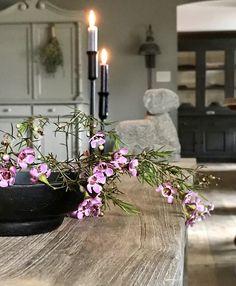 Kandelaars, paarse bloemen, stenen ram Zen Design, Diana, Grey Home Decor, Living Styles, Rustic Interiors, Grey Walls, Wabi Sabi, Country Chic, Beautiful Interiors