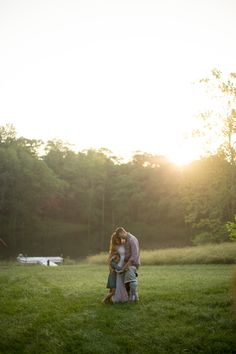 Image by @jenn_azraimages during a Joy Prouty Wildflowers photography workshop.   #photography #family #maternity