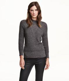 Sieh's dir an! PREMIUM QUALITÄT. Fein gerippter Pullover aus Kaschmirwolle. Modell mit kleinem Stehkragen und langen Raglanärmeln. Bündchen an Ärmeln und Saum. – Unter hm.com gibt's noch viel mehr.
