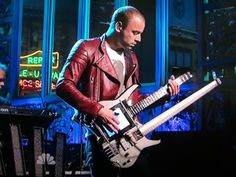 Muse's Chris Wolstenholme played this instrument on Saturday Night Live. What is it? A combination Kitara and Status Graphite bass - which you cannot buy:). At least not yet.