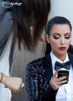 Resultado de imágenes de Google para http://cdn2.kimkcdn.celebuzz.com/files/2011/12/Kardashian-Christmas-Card-Kim-Monica-Phone-492x679.jpg
