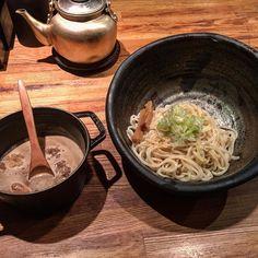 北野坂 奥  もつつけ麺  京都でお馴染みの高倉二条の流れを汲むということでつけ汁はSTAUBの鉄鍋で供されます久しぶりに行ったら麺の器が巨大化してました 笑  プリプリのもつが入ってますがスープ自体はあっさり目 ( -)- ゆったりした店内で落ち着いていただけます (ᴗ)  #noodle #noodles #ramen #らーめん #ラーメン #gourmet #麺 #つけ麺 #麺スタグラム #ラーメンインスタグラム #麺活 #noodle_kobe #kobe by ttsy_hd81oc