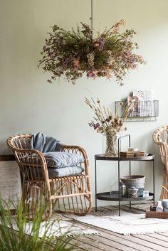 Interiér s prírodným kreslom, stolíkom a závesnou ... | DOMA.SK Style Retro, Decoration, Transparent, Simple, Vintage, Inspiration, Round Side Table, Rustic, Rural Area