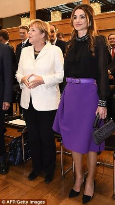 Queen Rania Al Abdullah of Jordan stands next to German Chancellor Angela Merkel (L) before receiving the Walter Rathenau Prize in Berlin . Queen Rania, Queen Noor, Queen Letizia, Power Dressing Women, Jordan Royal Family, King Abdullah, Sofia Coppola, Syrian Refugees, Jordan Spieth