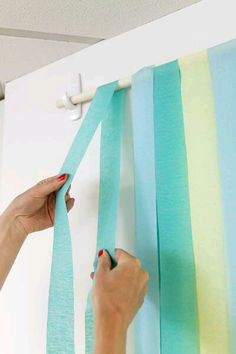 DIY Photo backdrop with party streamers. Easy set up and clean up for a birthday party, bridal shower, or other celebration. Baby Shower Photo Booth, Fotos Baby Shower, Baby Shower Photos, Shower Pictures, Wall Pictures, Shower Baby, Family Pictures, Baby Showers, Diy Photo Backdrop