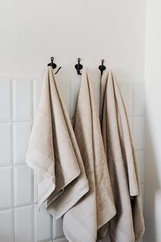 Wholesale dyed towels Bathroom Drawers, Bathroom Sets, Bathroom Fixtures, Bathrooms, Bathroom Images, Luxury Towels, Fireplace Accessories, White Towels, Modern Farmhouse Decor