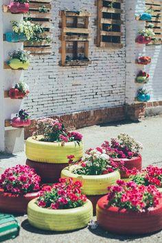 ¡Me he enamorado de este jardín! La idea de pintar neumáticos de color fucsia y amarillo es súper original :)