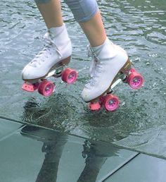 Roller skating in the rain Retro Aesthetic, Aesthetic Photo, Aesthetic Pictures, Roller Derby, Roller Skating, Andre Harris, Miranda Kerr, Ramona Flowers, Grunge