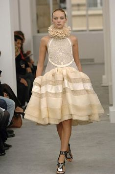 "Nicolas Ghesquière's for Balenciaga 2006. ""A few months before Sofia Coppola put Marie Antoinette back onto the silver screen, Ghesquière whipped up this confectionery of delicately over-the-top pieces worthy of couture."" Uma peca que remonta para o Renascimento devido ao uso da gola de rufus e da anca desproporcional."
