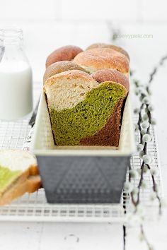 three colors /cocoa & matcha tea challah (note: not in English) Bread Bun, Bread Cake, Braided Bread, Matcha Dessert, Bread Shaping, Green Tea Recipes, Sweet Bread, Food Inspiration, Food And Drink