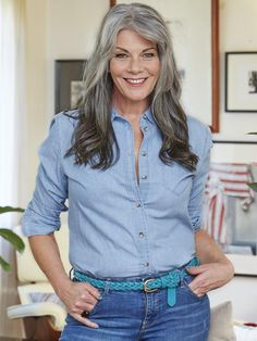 Silver hipster hair Gray hair don't care. Salt and pepper gray hair. Silver Grey Hair, Long Gray Hair, White Hair, Silver Age, Grey Hair Journey, Grey Hair Inspiration, Gray Hair Growing Out, Salt And Pepper Hair, Woman Smile