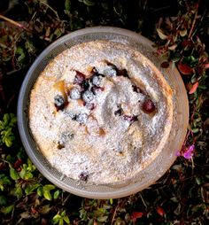 Torta con ciruelas, frambuesas y arándanos