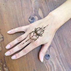 #yuliashmidt_henna #mehendi #hennaart #hennatatoo #мехенди #татухной #идеимехенди #idea Black Henna, White Henna, Henna Mehndi, Mehendi, Hand Tattoos, Tatoos, Unique Henna, Sweet Orange Essential Oil, Latest Mehndi Designs