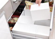 キッチン下の調理用品やキッチン用品は、整理してもつい煩雑になりがち。しかし、多彩なサイズを組み合わせて使えるこの収納ケースなら、デッドスペースを作らずにスッキリと整理整頓できるんです!