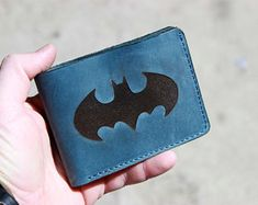 Portafoglio batman in pelle | Etsy Cowhide Leather, Leather Men, Leather Wallet, Black Leather, Men Wallet, Pocket Wallet, Batman, Hand Sewing, At Least
