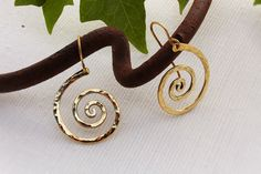 Boho Spiral Earrings, Chic medieval Hammered Brass Earring Elf Jewelry Ancient Greek Jewelry Handmade Jewelry Fantasy Earrings Elegant de AshtartJewelry en Etsy