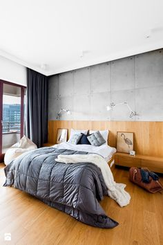 Beton i drewno tworzą efektowny duet na ścianie sypialni / Heavy concrete teamed with wood on the wall. Comfy Bedroom, Bedroom Bed, Bedroom Decor, Master Bedroom Design, Modern Bedroom, Cama Industrial, Home Interior, Interior Design, Luxury Modern Homes