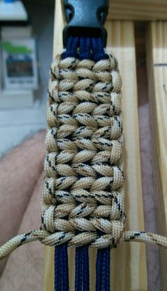 Back Road Journey: Tutorial for a Paracord weave that looks like knitting Paracord Belt, Paracord Braids, Paracord Bracelets, Yarn Bracelets, Paracord Tutorial, Macrame Tutorial, Paracord Ideas, Macrame Knots, Macrame Jewelry