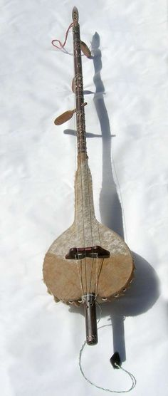 akonting from The Gambia, a likely precursor to the banjo Instruments, Hurdy Gurdy, Old Music, Music Music, Learn To Play Guitar, Sounds Great, Cool Guitar, Banjo, Playing Guitar